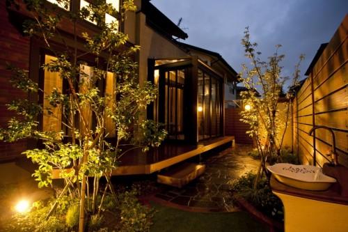 カンナのある庭 夜景