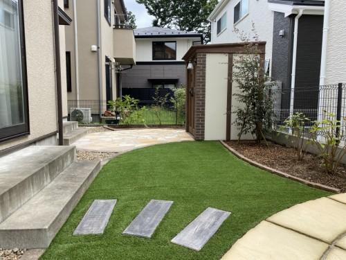 人工芝とコンクリート製枕木